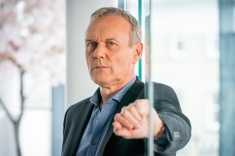 FROM ROLLEM (GIRLFRIENDS) LTD GIRLFRIENDS Picture shows: ANTHONY HEAD as John Myers Kay Mellor's brand new ITV drama Girlfriends is a contemporary story of Linda (Phyllis Logan), Sue (Miranda Richardson) and Gail (Zoë Wanamaker) as they struggle with the responsibilities and inevitable changes that come with being a modern woman of a certain age... But true friendship remains the same no matter how many years have passed. After the dramatic and sudden death of Linda's husband Micky, childhood friends Linda,, Sue and Gail find themselves back together again. Each has their own problems to face. This photograph is (C) iTV/Rolem (Girlfriends) Ltd and can only be reproduced for editorial purposes directly in connection with the programme or event mentioned above. Once made available by ITV plc Picture Desk, this photograph can be reproduced once only up until the transmission [TX] date and no reproduction fee will be charged. Any subsequent usage may incur a fee. This photograph must not be manipulated [excluding basic cropping] in a manner which alters the visual appearance of the person photographed deemed detrimental or inappropriate by ITV plc Picture Desk. This photograph must not be syndicated to any other company, publication or website, or permanently archived, without the express written permission of ITV Plc Picture Desk. Full Terms and conditions are available on the website www.itvpictures.com For further information please contact: Patrick.smith@itv.com 0207 1573044